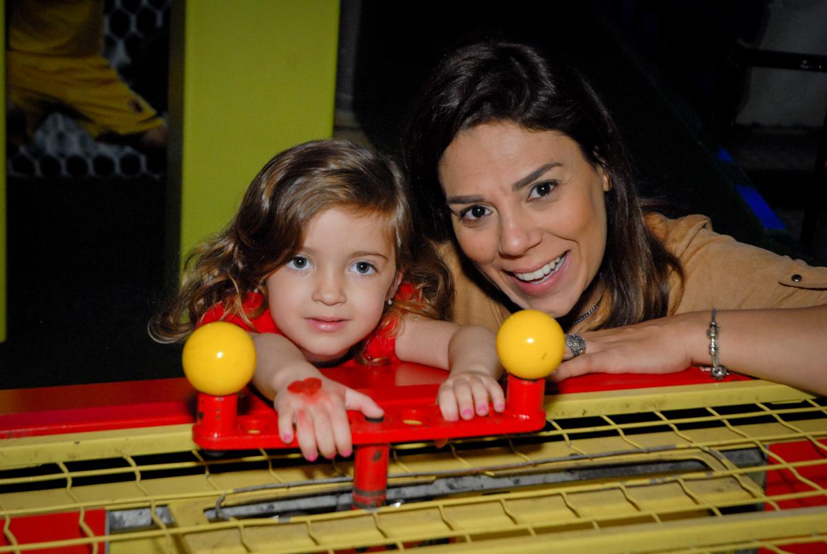 foto com a professora no Buffet Planeta Prime, Alphaville, São Paulo, aniversário de Rafael 10 anos, tema da festa The Flash
