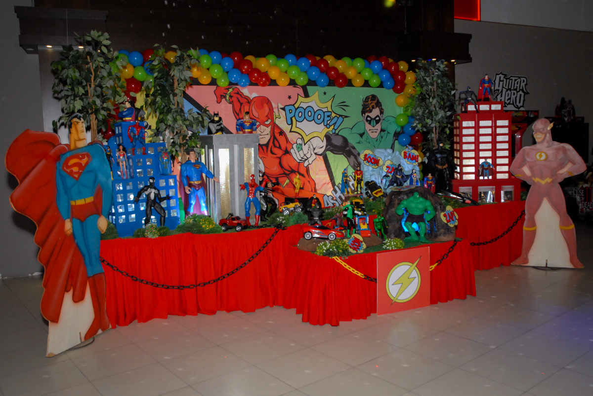 mesa decorada no Buffet Planeta Prime, Alphaville, São Paulo, aniversário de Rafael 10 anos, tema da festa The Flash