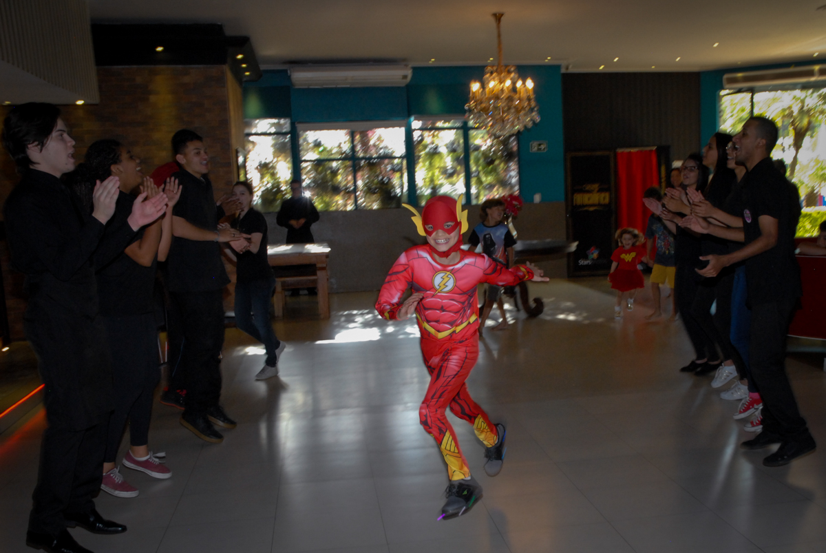 correndo para a mesa do parabéns no Buffet Planeta Prime, Alphaville, São Paulo, aniversário de Rafael 10 anos, tema da festa The Flash