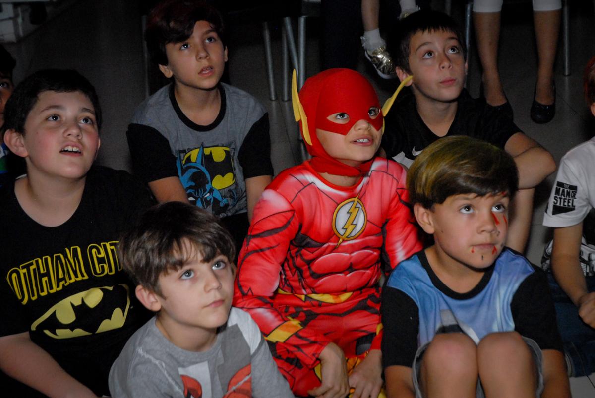 assistindo a retrospectiva no Buffet Planeta Prime, Alphaville, São Paulo, aniversário de Rafael 10 anos, tema da festa The Flash
