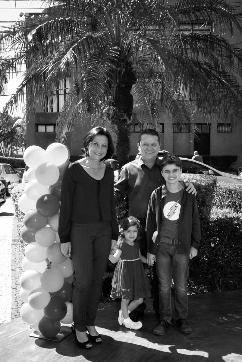 fotografia da família  no arco de bexigas no Buffet Planeta Prime, Alphaville, São Paulo, aniversário de Rafael 10 anos, tema da festa The Flash