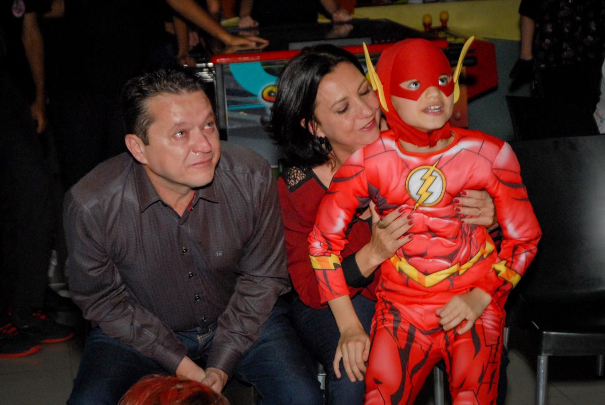 emoção na hora da retrospectiva no Buffet Planeta Prime, Alphaville, São Paulo, aniversário de Rafael 10 anos, tema da festa The Flash