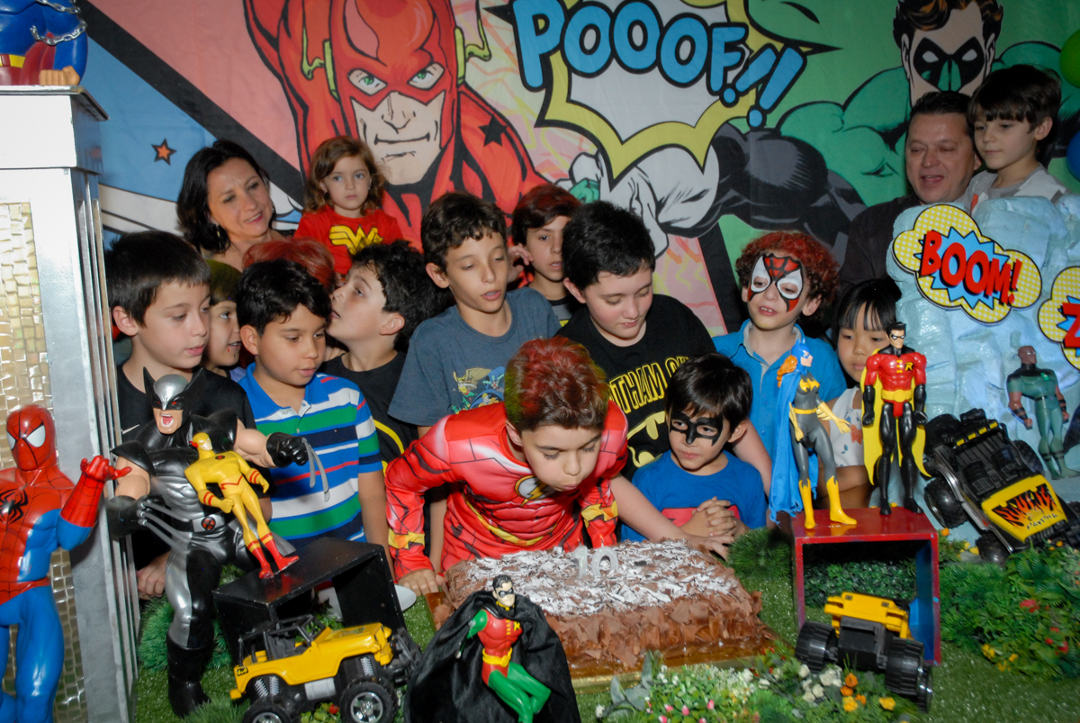 soprando a vela do bolo no Buffet Planeta Prime, Alphaville, São Paulo, aniversário de Rafael 10 anos, tema da festa The Flash