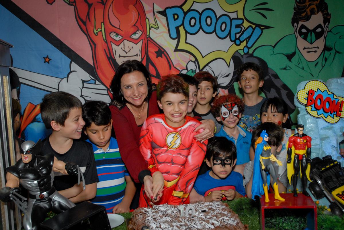 cortando o primeiro pedaço do bolo no Buffet Planeta Prime, Alphaville, São Paulo, aniversário de Rafael 10 anos, tema da festa The Flash