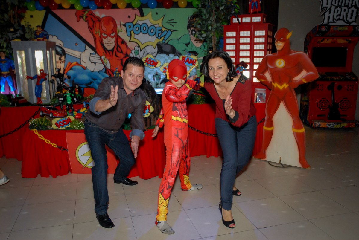 a família faz pose de flash no Buffet Planeta Prime, Alphaville, São Paulo, aniversário de Rafael 10 anos, tema da festa The Flash