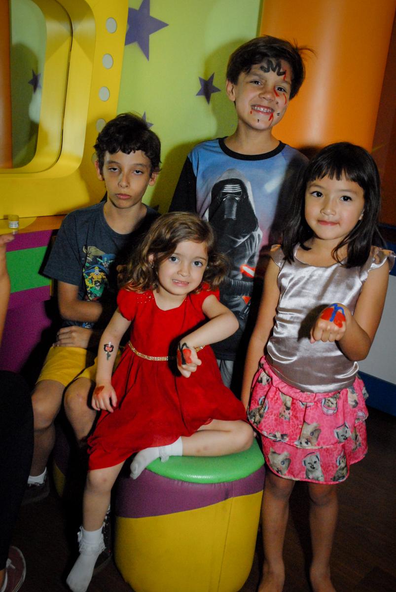amigas posam para foto no Buffet Planeta Prime, Alphaville, São Paulo, aniversário de Rafael 10 anos, tema da festa The Flash