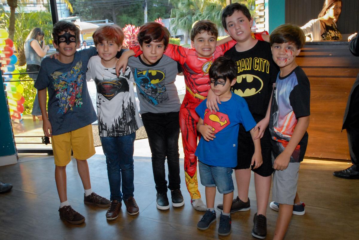final da festa com foto com os amigos no Buffet Planeta Prime, Alphaville, São Paulo, aniversário de Rafael 10 anos, tema da festa The Flash