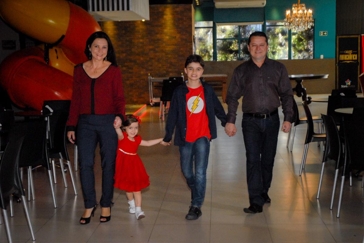 entrada da família no Buffet Planeta Prime, Alphaville, São Paulo, aniversário de Rafael 10 anos, tema da festa The Flash