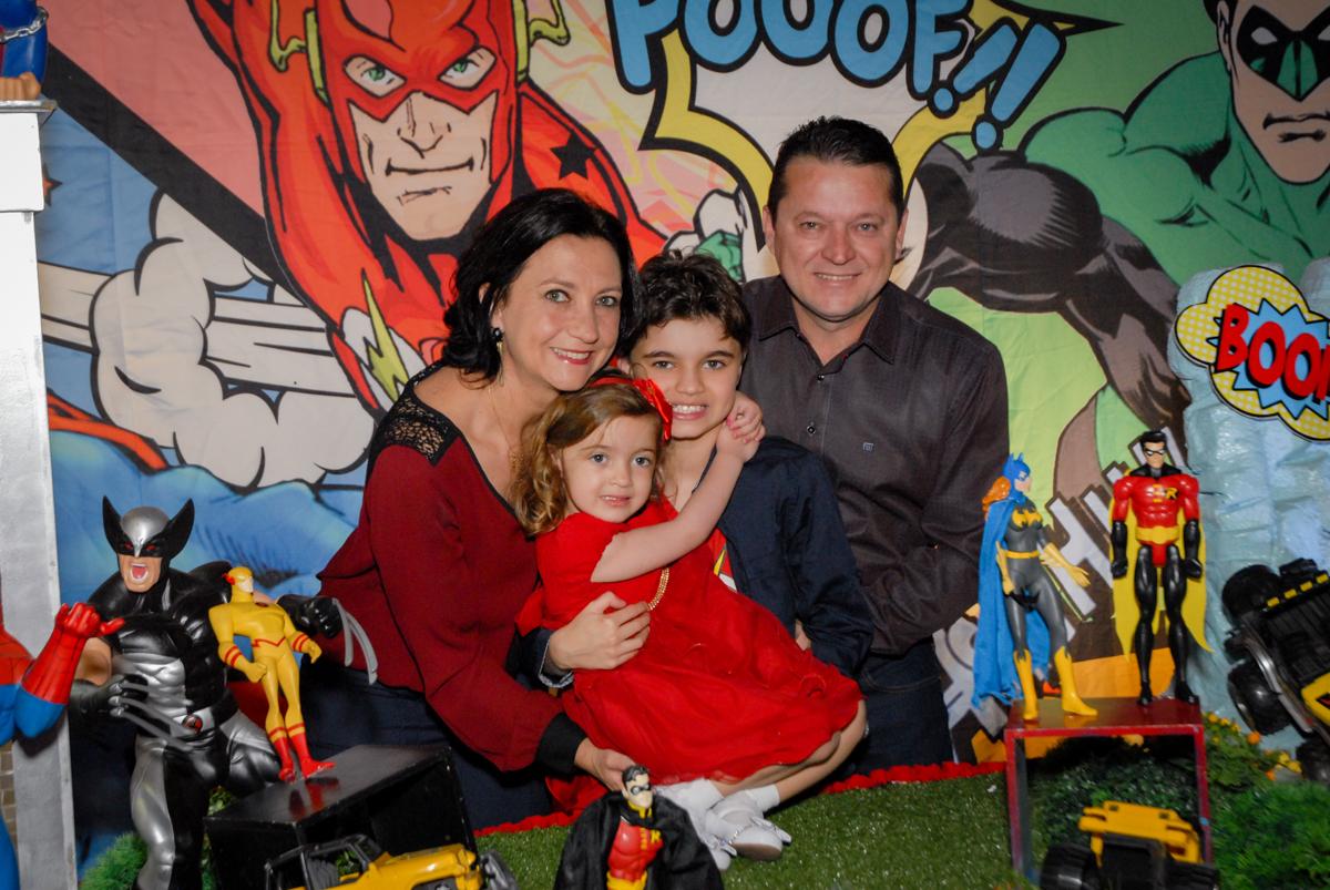 foto da família na mesa decorada no Buffet Planeta Prime, Alphaville, São Paulo, aniversário de Rafael 10 anos, tema da festa The Flash
