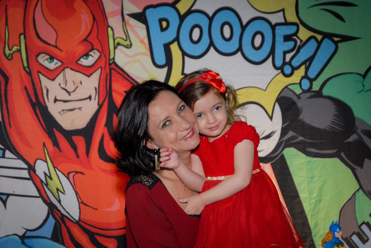 foto mãe e filha no Buffet Planeta Prime, Alphaville, São Paulo, aniversário de Rafael 10 anos, tema da festa The Flash