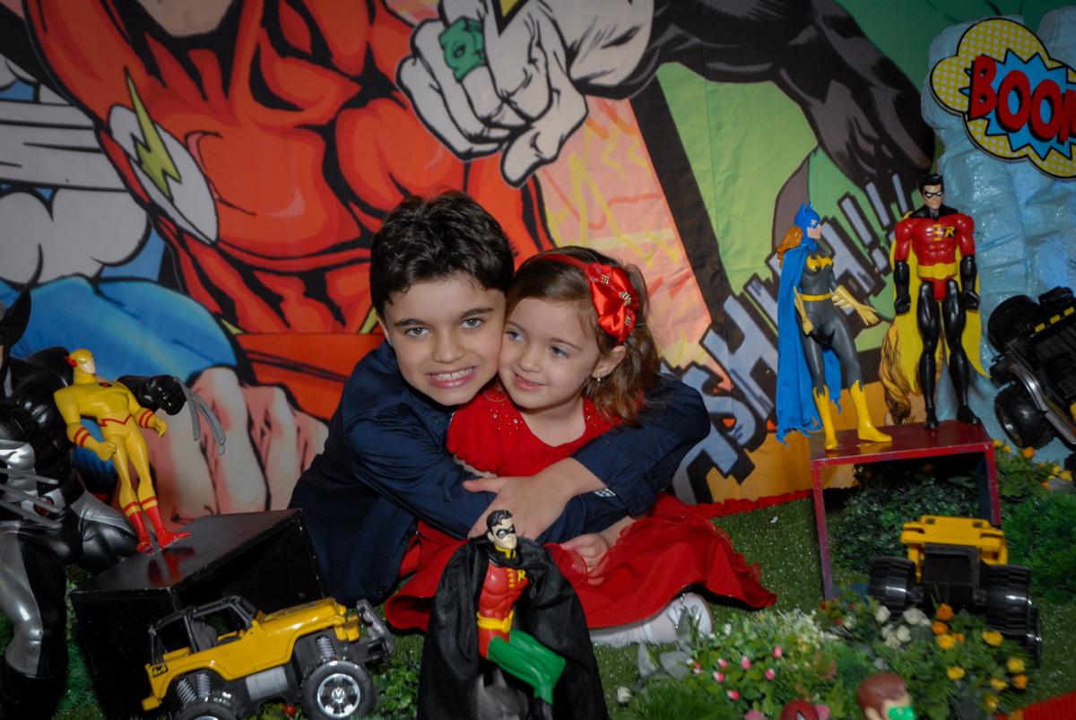 fotografia dos irmãos no Buffet Planeta Prime, Alphaville, São Paulo, aniversário de Rafael 10 anos, tema da festa The Flash