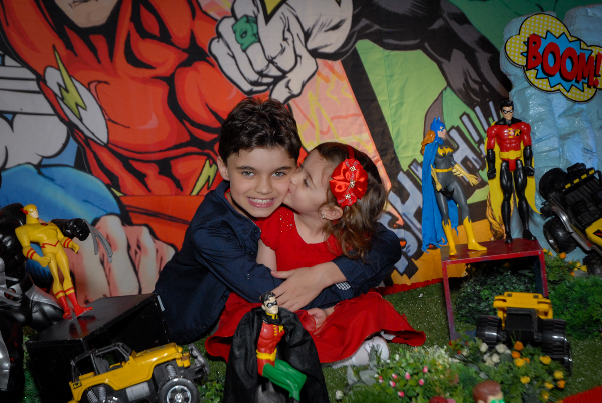 beijo no irmão no Buffet Planeta Prime, Alphaville, São Paulo, aniversário de Rafael 10 anos, tema da festa The Flash