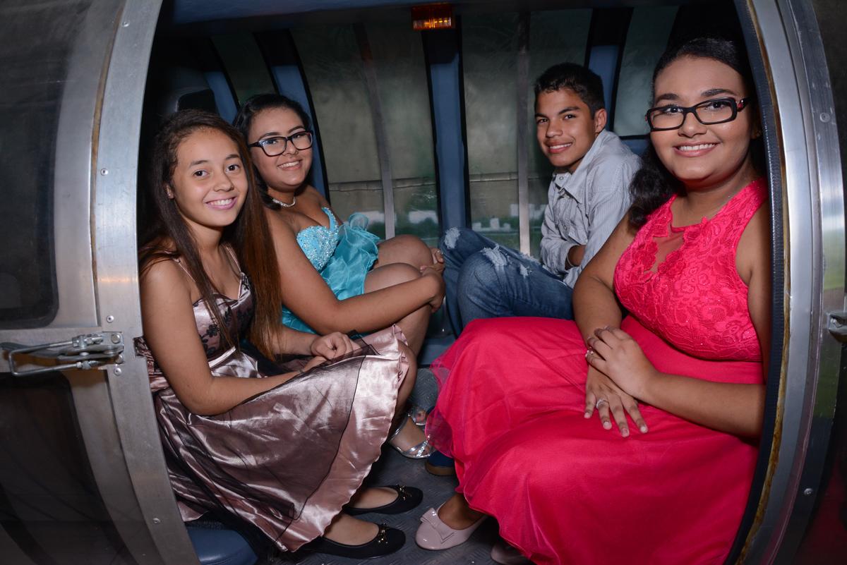 amigos passeiam no monotrilho no Buffet Zezé e Lelé, Butantã, São Paulo, SP, Anne Caroline 15 anos