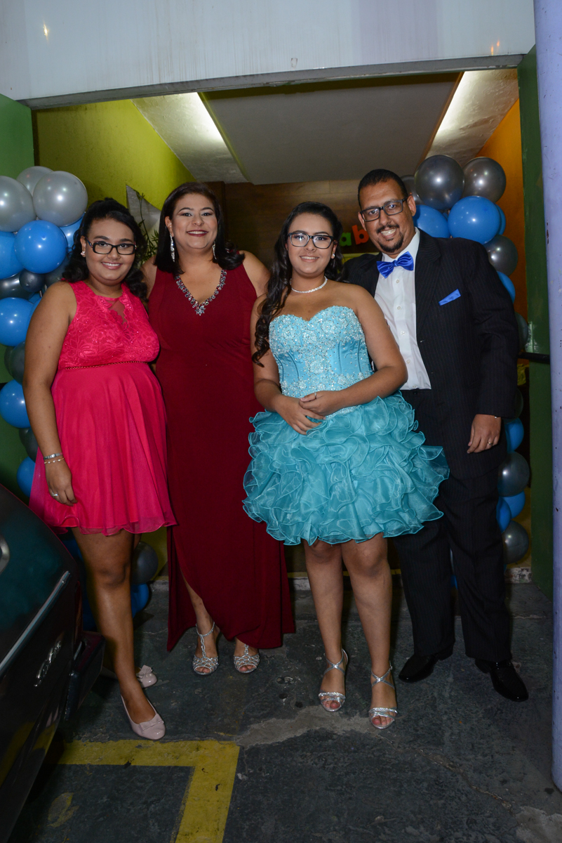 fotografia da família no arco de bexigas no Buffet Zezé e Lelé, Butantã, São Paulo, SP, Anne Caroline 15 anos