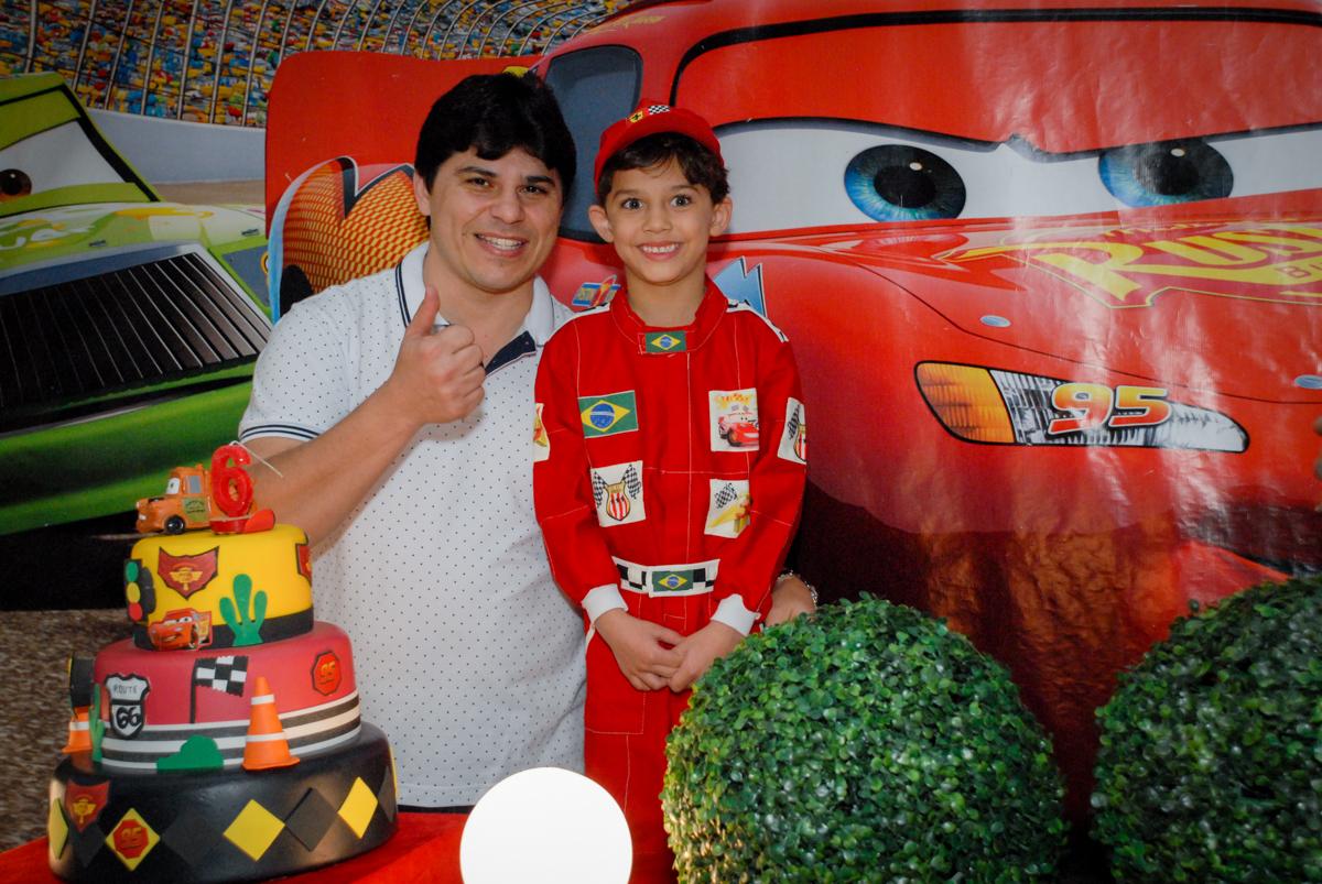 fotografia pai e filho no Buffet Fábrica da Alegria Morumbi, São Paulo, aniversario de Guilherme 6 anos, tema da festa carros