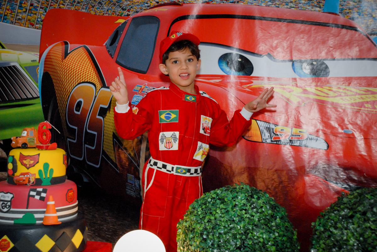 aniversariante posa para a foto no Buffet Fábrica da Alegria Morumbi, São Paulo, aniversario de Guilherme 6 anos, tema da festa carros