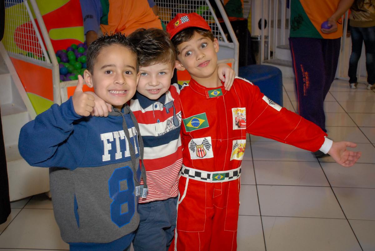 fotografia com os amigos no Buffet Fábrica da Alegria Morumbi, São Paulo, aniversario de Guilherme 6 anos, tema da festa carros