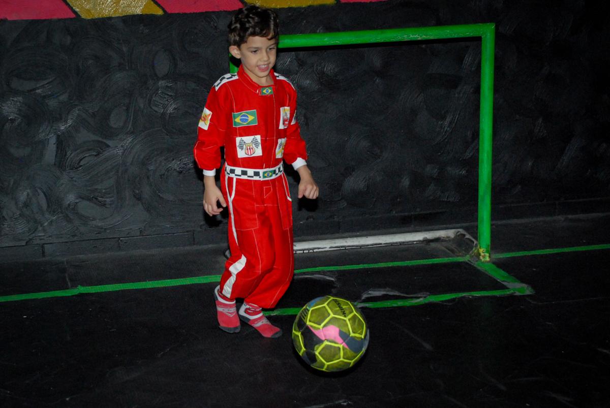 futebol no escuro no Buffet Fábrica da Alegria Morumbi, São Paulo, aniversario de Guilherme 6 anos, tema da festa carros