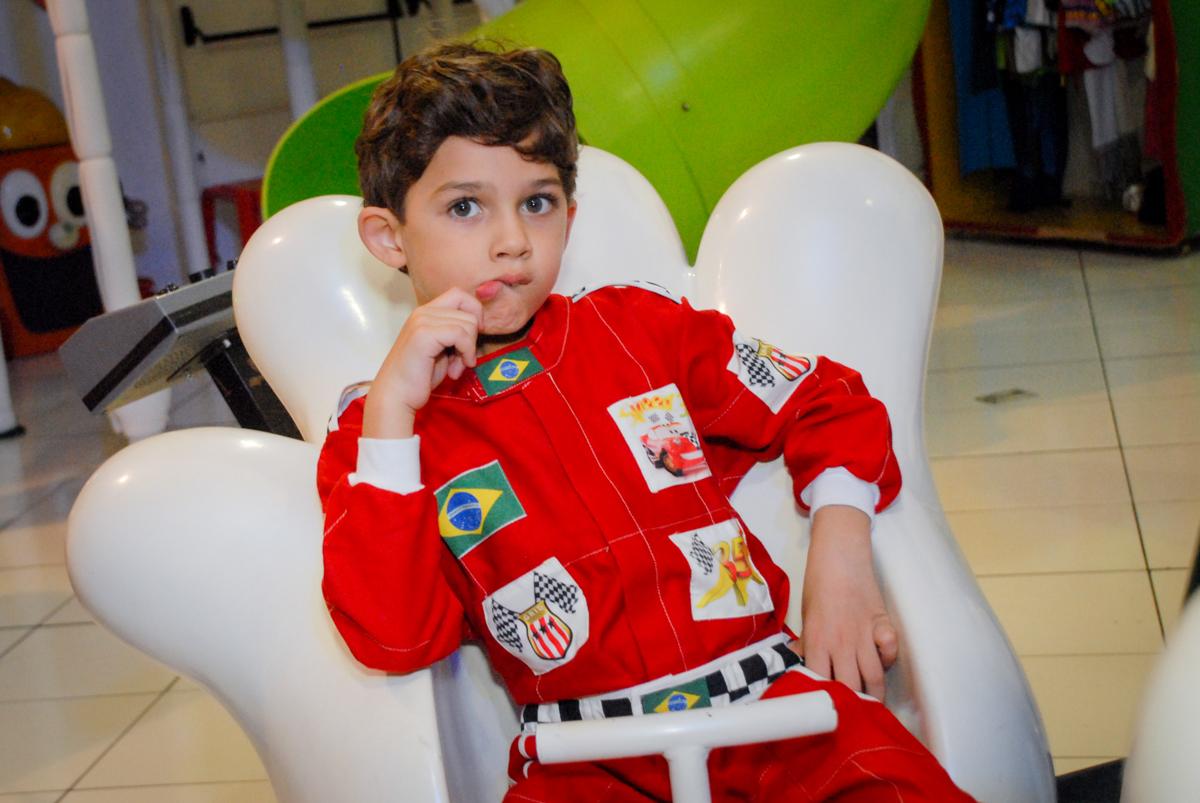 curtindo o carrossel no Buffet Fábrica da Alegria Morumbi, São Paulo, aniversario de Guilherme 6 anos, tema da festa carros