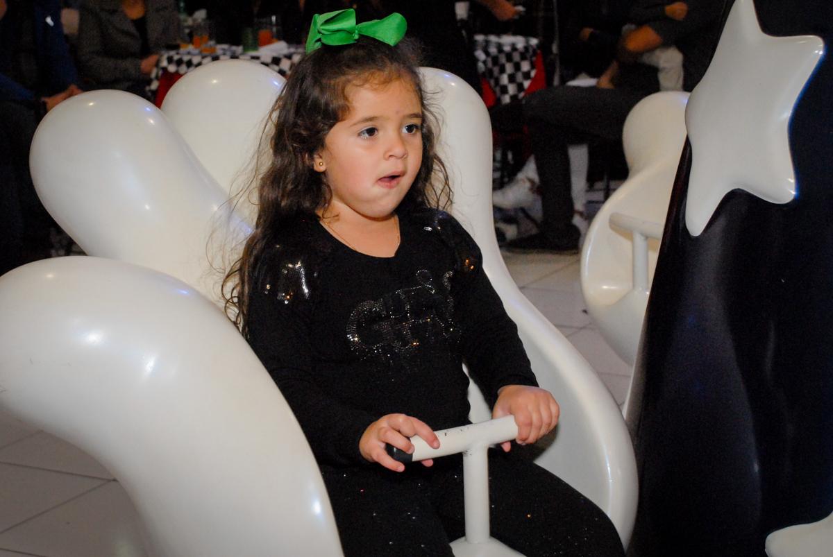 amiga também brinca no carrossel no Buffet Fábrica da Alegria Morumbi, São Paulo, aniversario de Guilherme 6 anos, tema da festa carros
