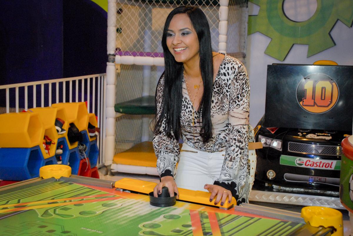 a mãe do aniversariante brinca no futebol de mesa no Buffet Fábrica da Alegria Morumbi, São Paulo, aniversario de Guilherme 6 anos, tema da festa carros