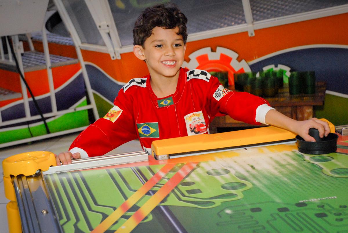comemorando gol no Buffet Fábrica da Alegria Morumbi, São Paulo, aniversario de Guilherme 6 anos, tema da festa carros