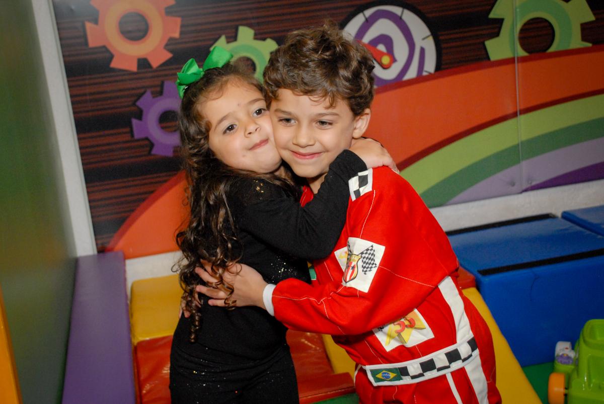 abraço gostoso na amiga no Buffet Fábrica da Alegria Morumbi, São Paulo, aniversario de Guilherme 6 anos, tema da festa carros
