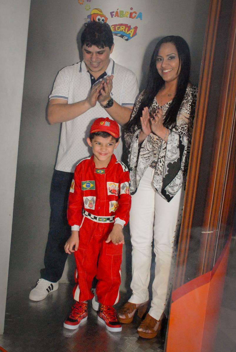 saindo da máquina do parabéns no Buffet Fábrica da Alegria Morumbi, São Paulo, aniversario de Guilherme 6 anos, tema da festa carros