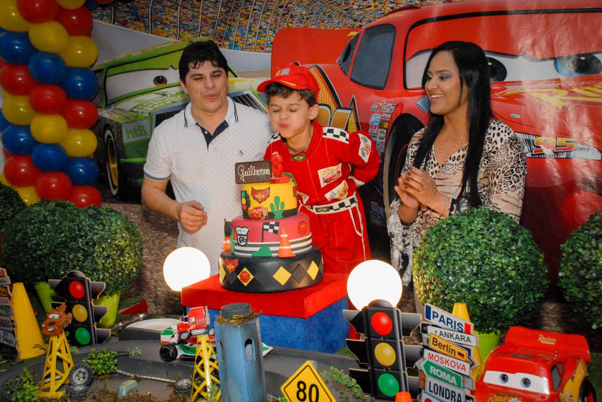 assoprando a vela do bolo no Buffet Fábrica da Alegria Morumbi, São Paulo, aniversario de Guilherme 6 anos, tema da festa carros