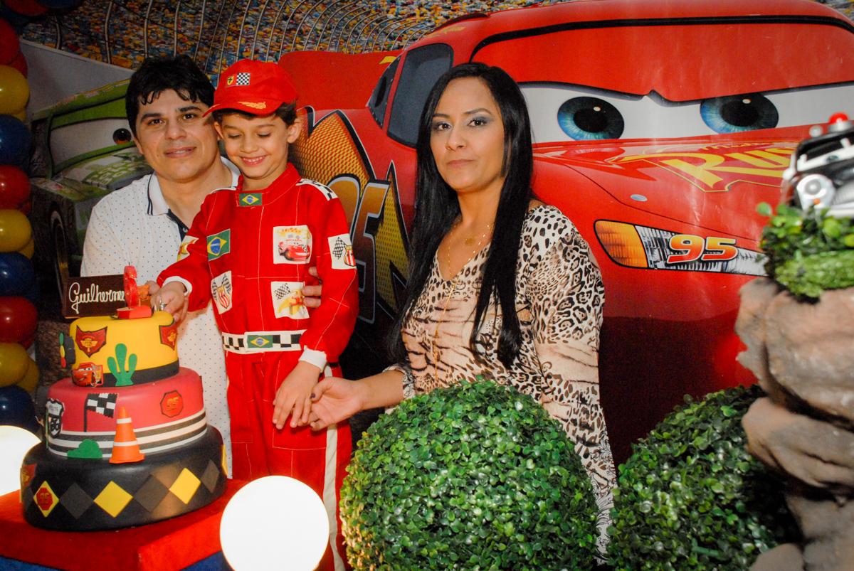 cortando o primeiro pedaço de bolo no Buffet Fábrica da Alegria Morumbi, São Paulo, aniversario de Guilherme 6 anos, tema da festa carros