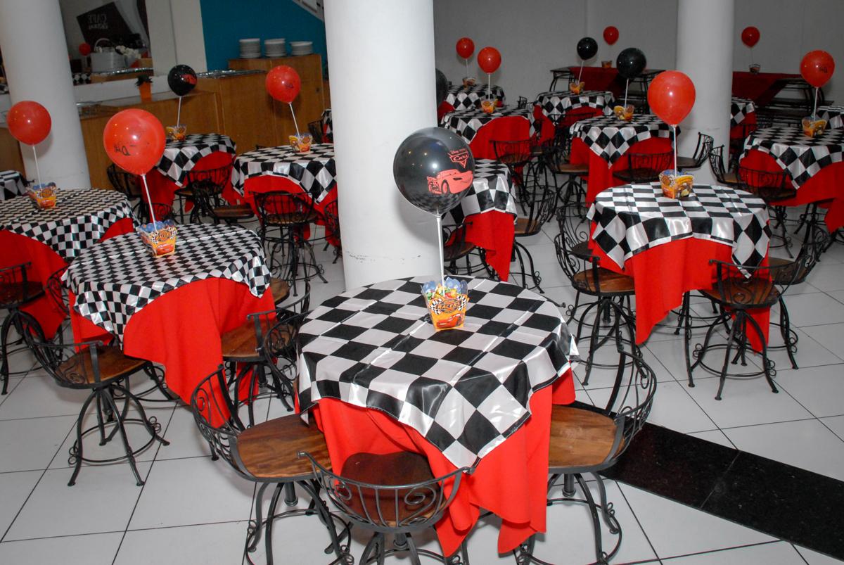 mesas decorada do salão no Buffet Fábrica da Alegria Morumbi, São Paulo, aniversario de Guilherme 6 anos, tema da festa carros