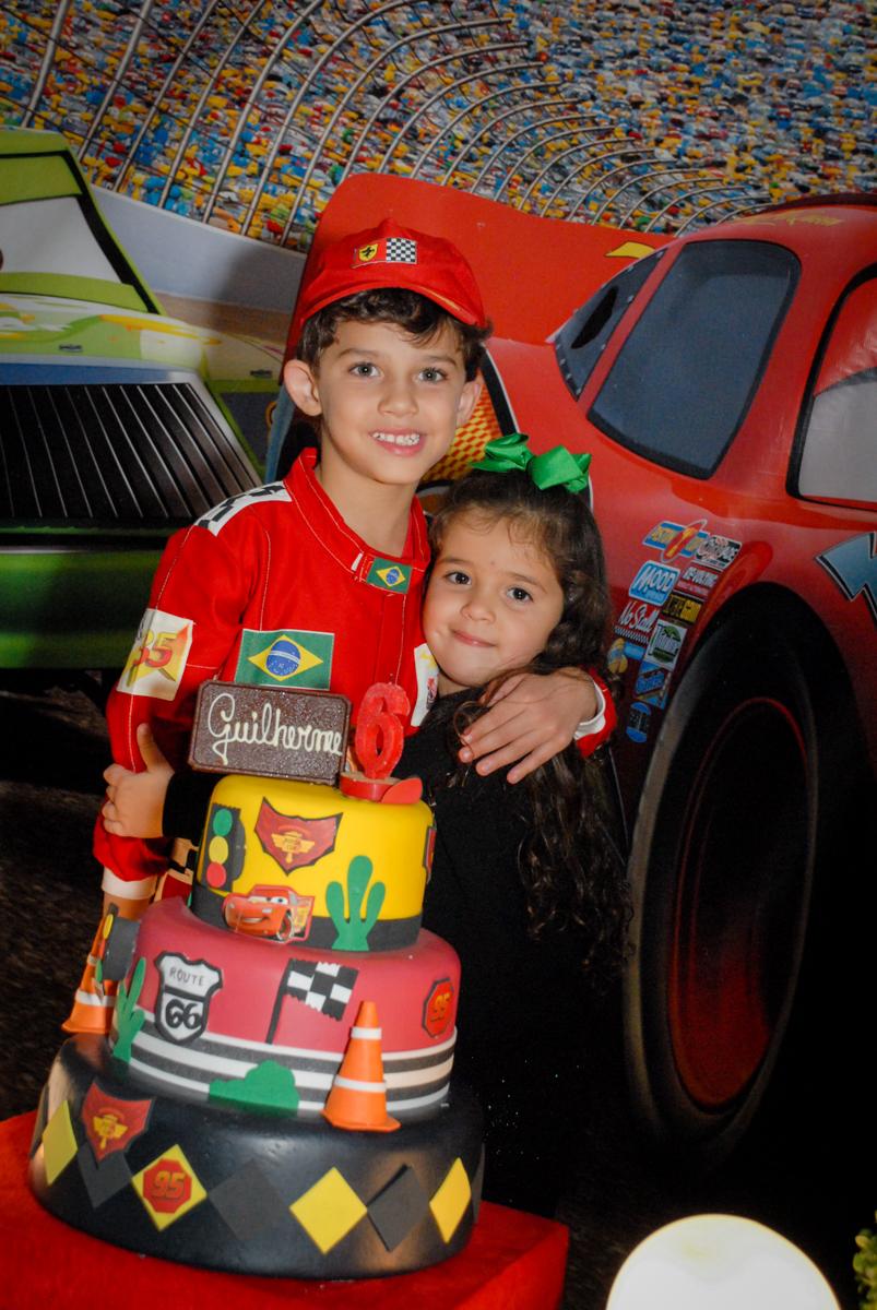 amiga faz foto com o aniversariante no Buffet Fábrica da Alegria Morumbi, São Paulo, aniversario de Guilherme 6 anos, tema da festa carros