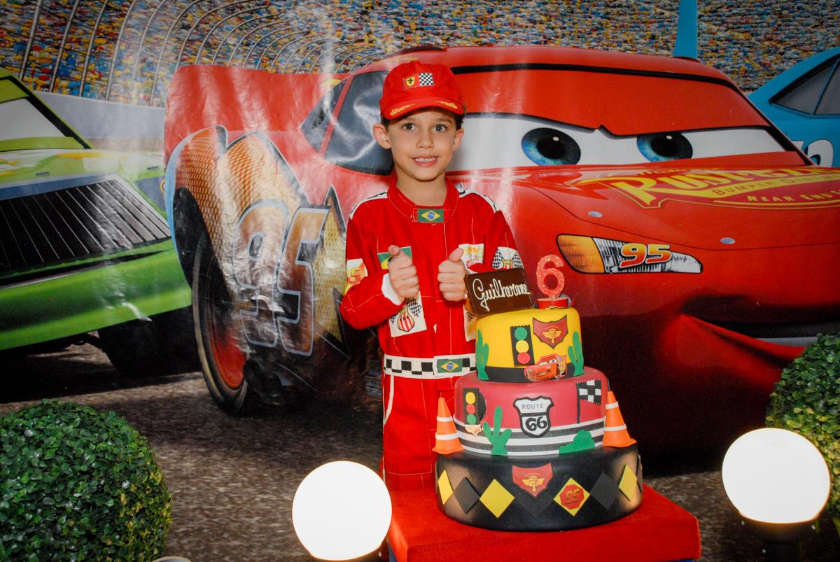 posando para a foto no Buffet Fábrica da Alegria Morumbi, São Paulo, aniversario de Guilherme 6 anos, tema da festa carros