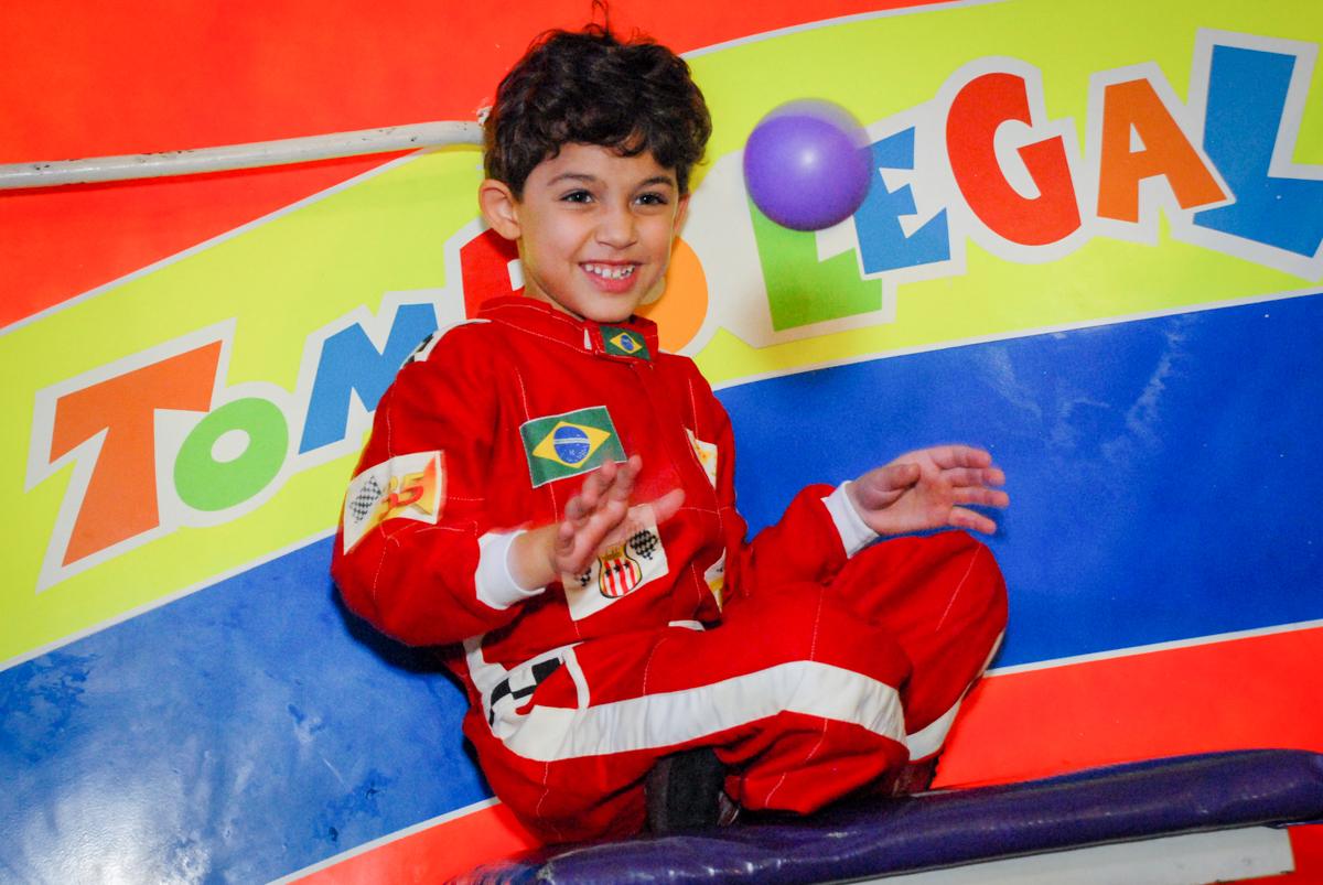 brincando na piscina de bolinha no Buffet Fábrica da Alegria Morumbi, São Paulo, aniversario de Guilherme 6 anos, tema da festa carros