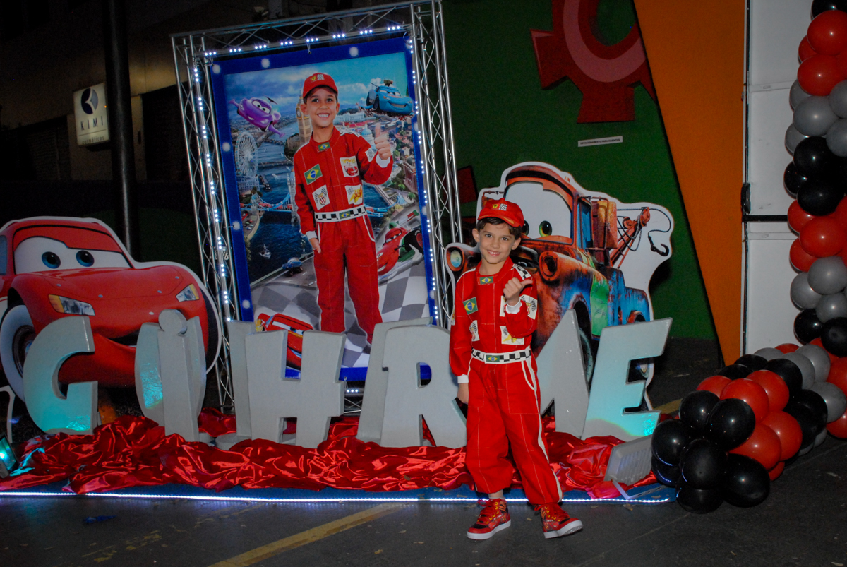 fotografia feita em frente ao Buffet Fábrica da Alegria Morumbi, São Paulo, aniversario de Guilherme 6 anos, tema da festa carros