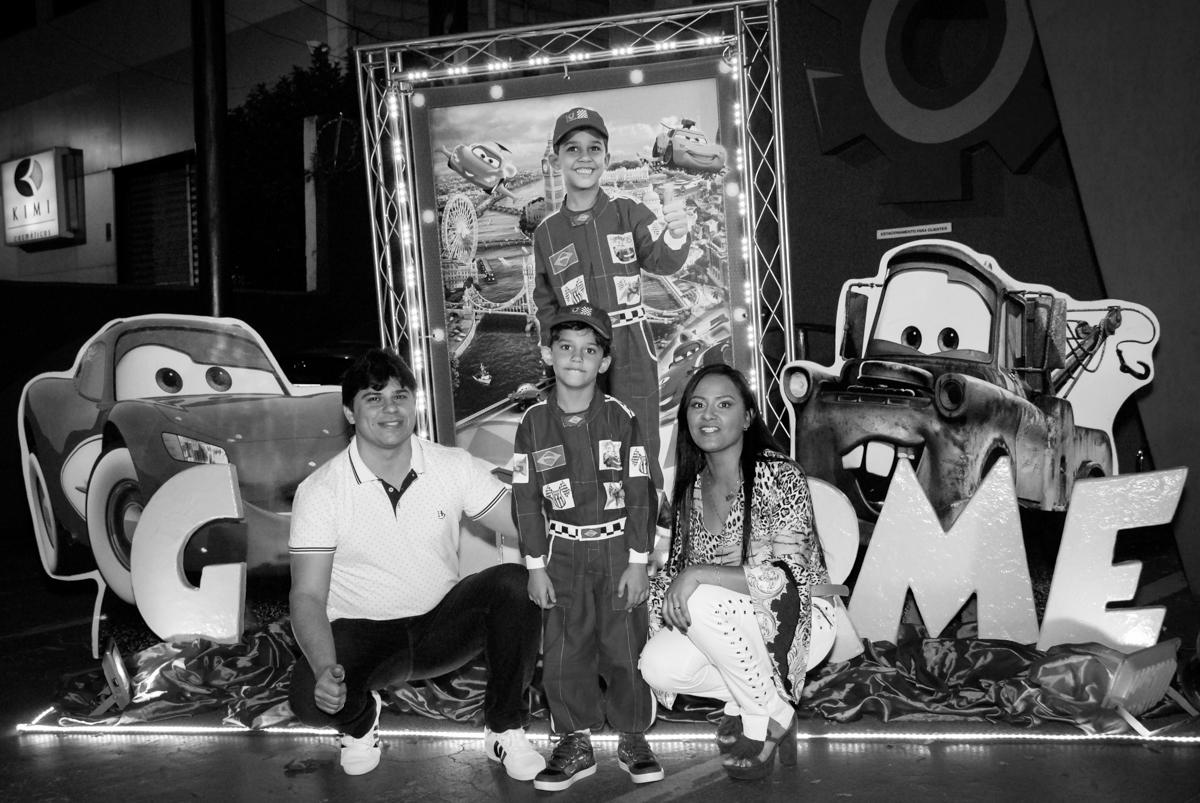 fotografia da família no Buffet Fábrica da Alegria Morumbi, São Paulo, aniversario de Guilherme 6 anos, tema da festa carros