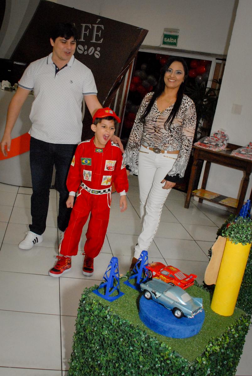 entrada da família no Buffet Fábrica da Alegria Morumbi, São Paulo, aniversario de Guilherme 6 anos, tema da festa carros