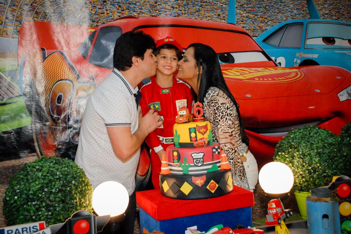 beijo sanduiche no aniversariante noBuffet Fábrica da Alegria Morumbi, São Paulo, aniversario de Guilherme 6 anos, tema da festa carros