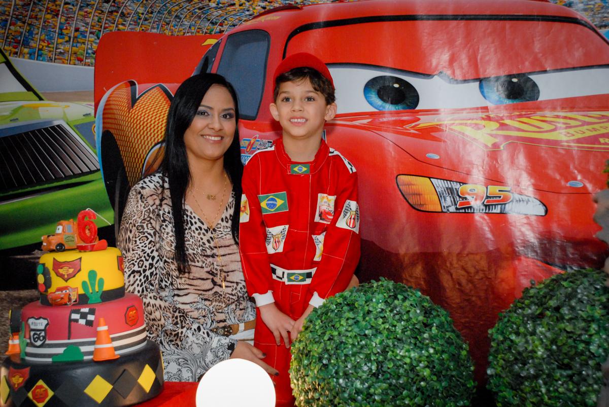 fotografia mãe e filho no Buffet Fábrica da Alegria Morumbi, São Paulo, aniversario de Guilherme 6 anos, tema da festa carros
