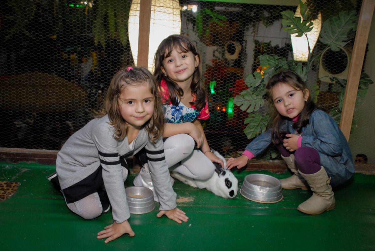 amigas brincam com os animais no mini zoológico no Buffet Espaço Zumba , Saude, São Paulo, aniversário de Katharina 7 anos e Valenthina 5, tema da festa Moana