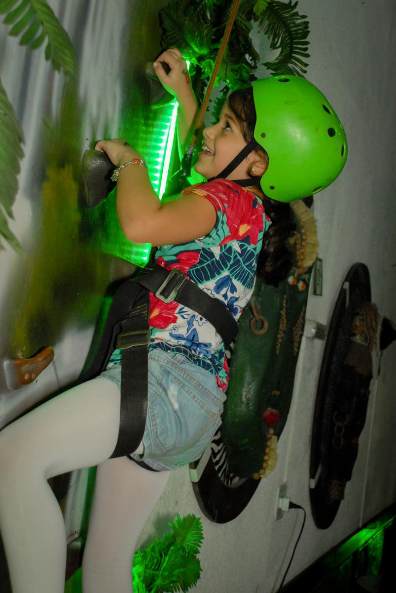 aniversariante brinca na parede de escalada no Buffet Espaço Zumba , Saude, São Paulo, aniversário de Katharina 7 anos e Valenthina 5, tema da festa Moana