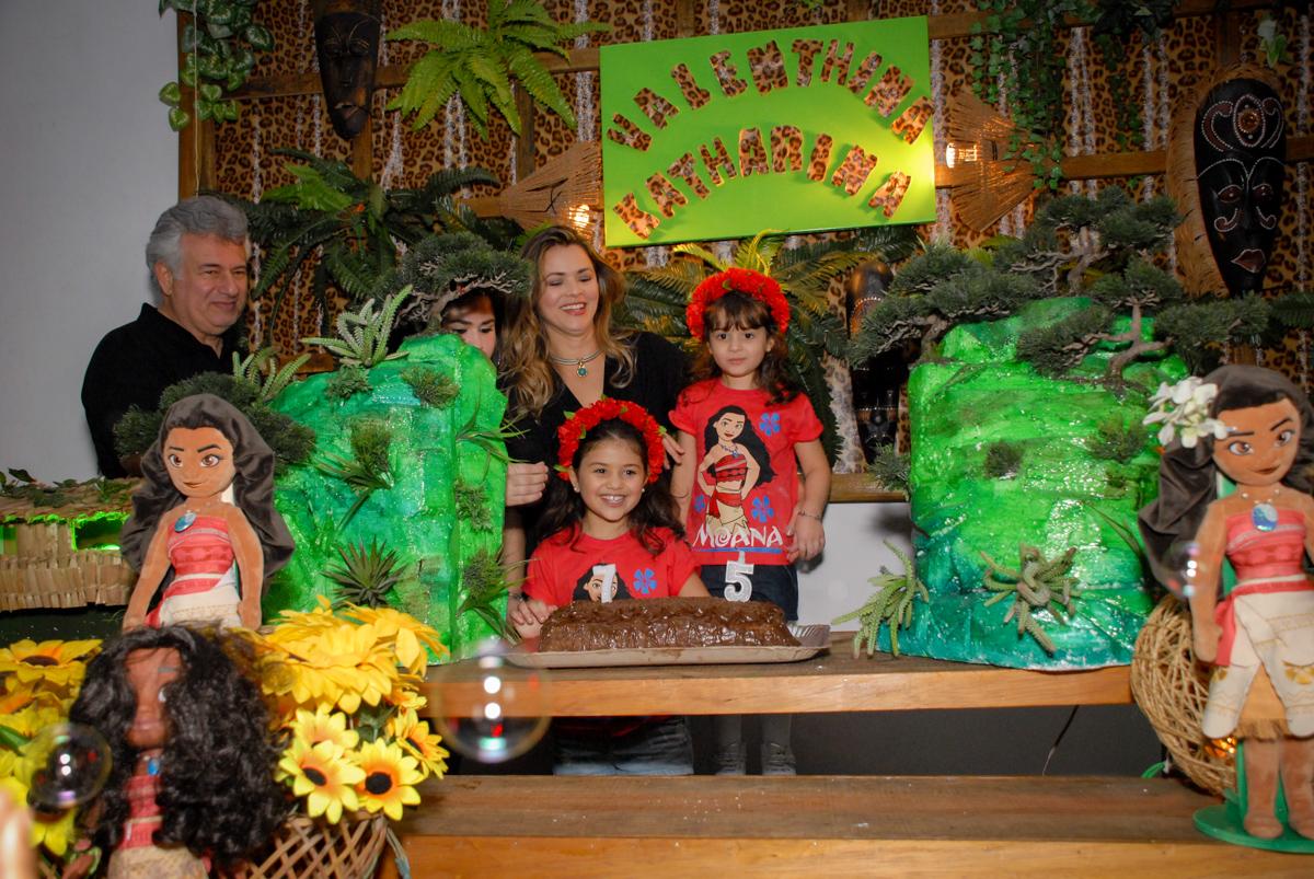 chegou a hora do parabéns no Buffet Espaço Zumba , Saude, São Paulo, aniversário de Katharina 7 anos e Valenthina 5, tema da festa Moana