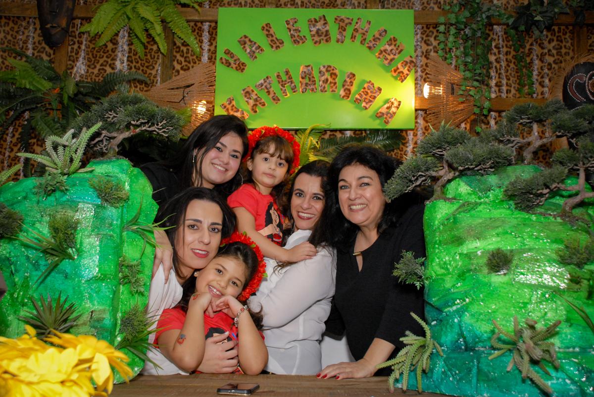 familia posam para a foto no Buffet Espaço Zumba , Saude, São Paulo, aniversário de Katharina 7 anos e Valenthina 5, tema da festa Moana