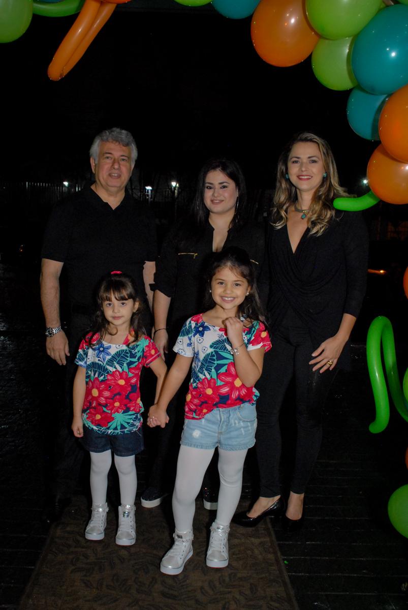 fotografia da família no arco de bexigas no Buffet Espaço Zumba , Saude, São Paulo, aniversário de Katharina 7 anos e Valenthina 5, tema da festa Moana