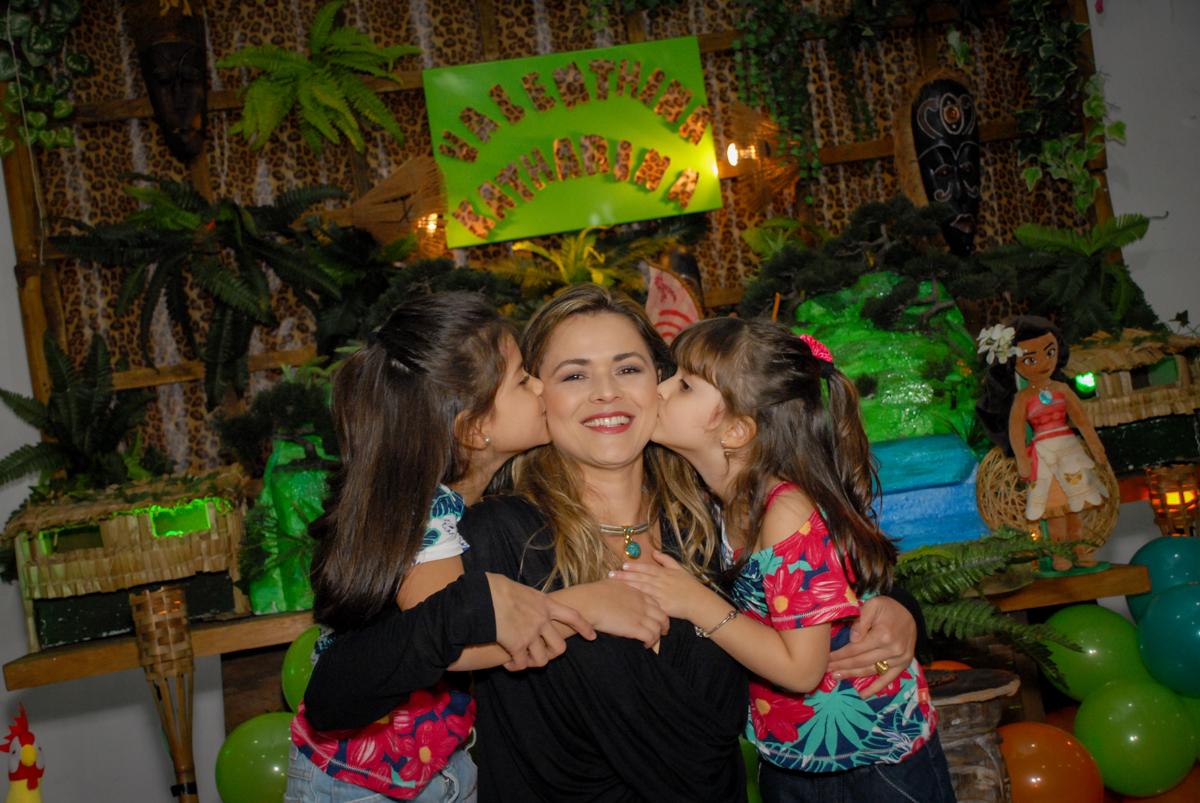 beijo sanduiche na mamãe no Buffet Espaço Zumba , Saude, São Paulo, aniversário de Katharina 7 anos e Valenthina 5, tema da festa Moana