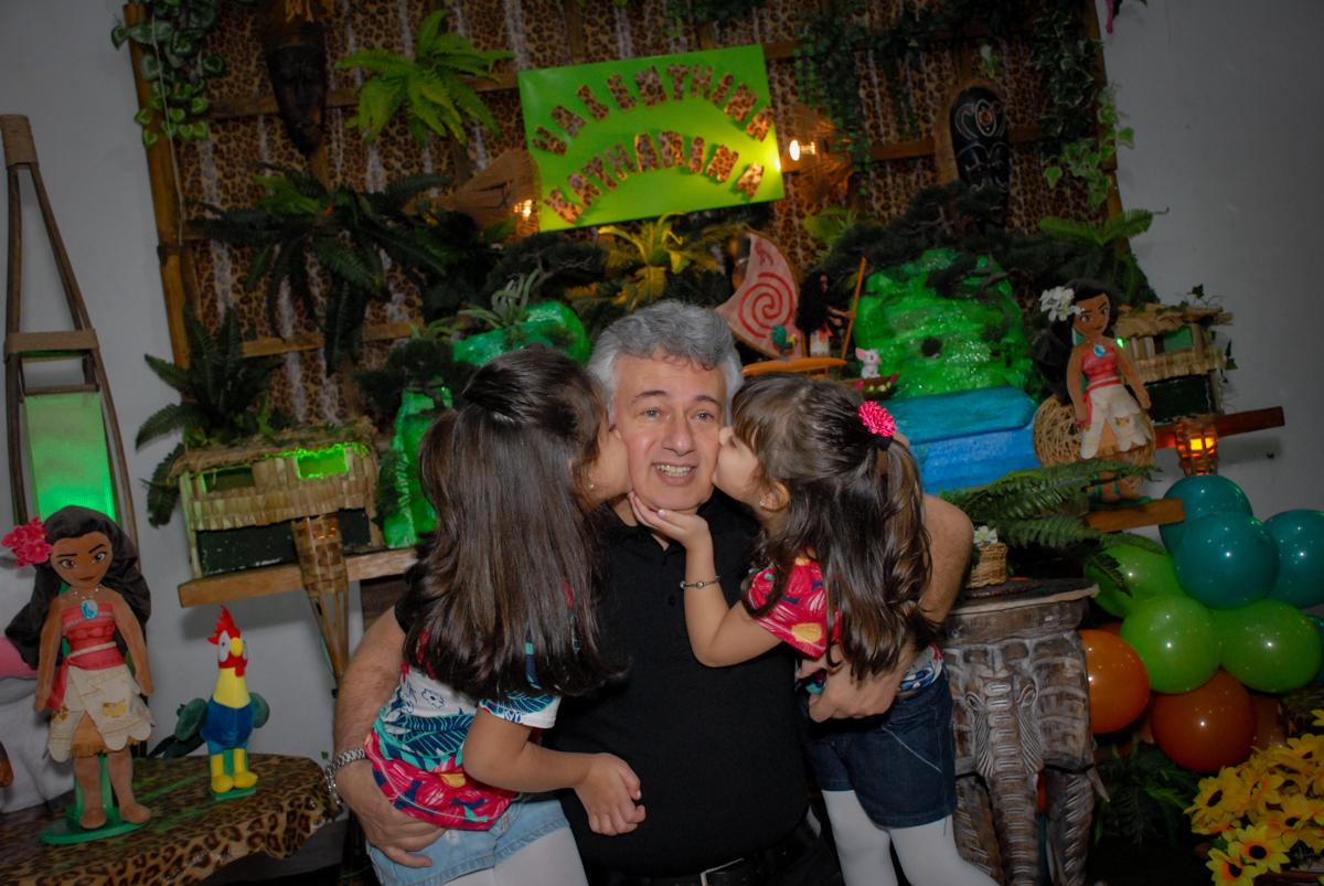 beijo sanduiche no papai no Buffet Espaço Zumba , Saude, São Paulo, aniversário de Katharina 7 anos e Valenthina 5, tema da festa Moana