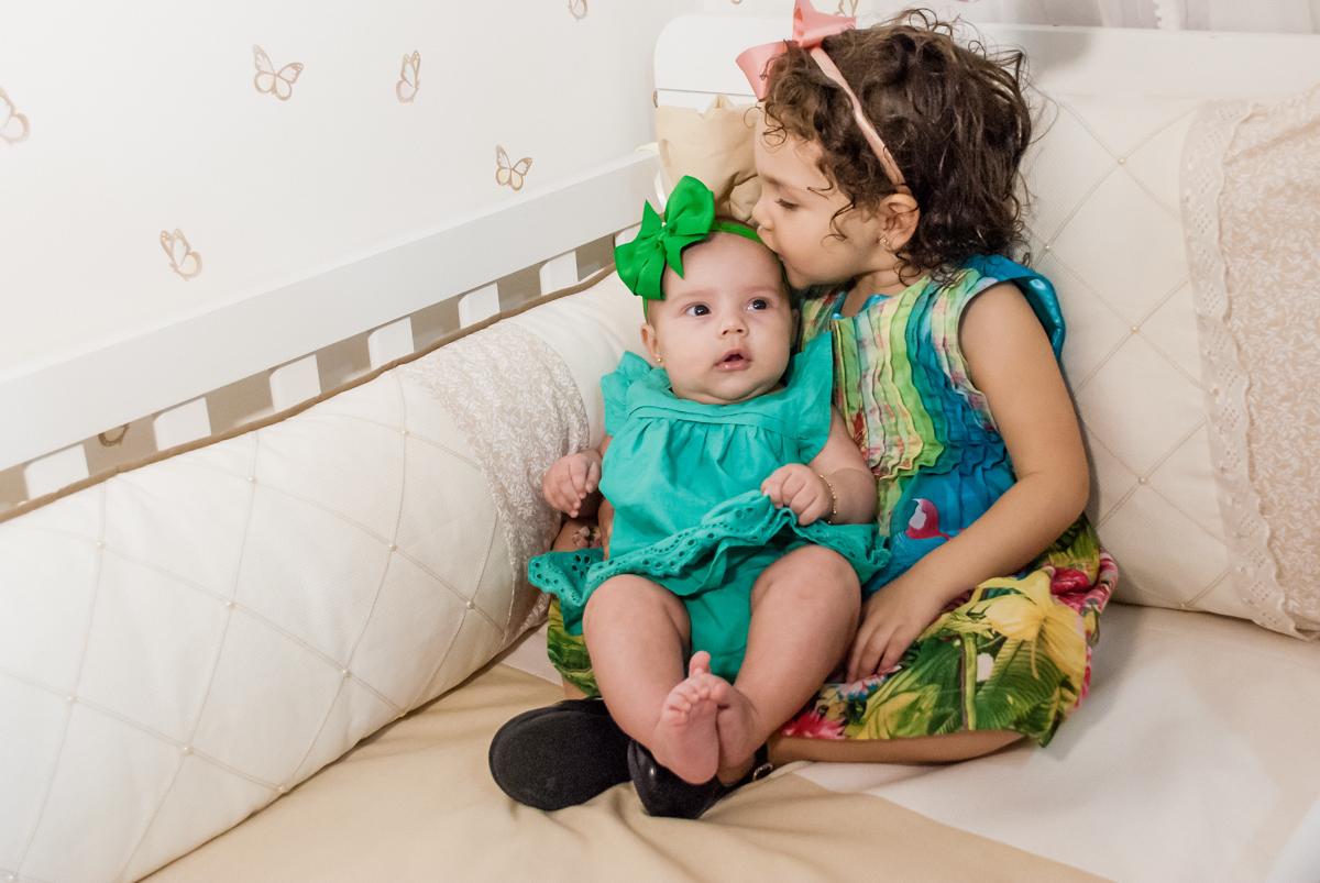 beijo carinhoso na irmãzinha no ensaio familia carapicuiba, são paulo, sp