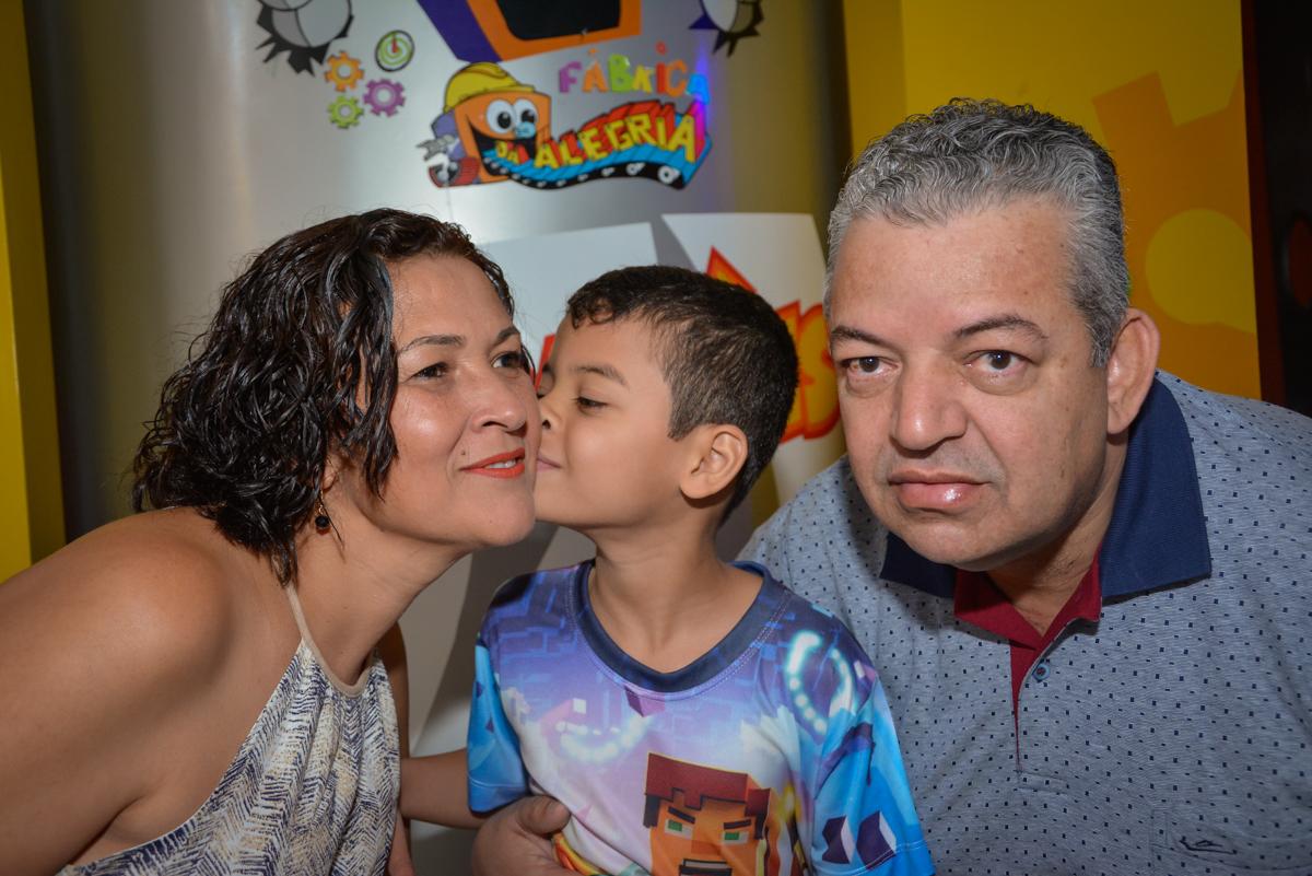 beijo carinhoso da mamãe no Buffet Fábrica da Alegria Osasco São Paulo, aniversário de Rafael 8 anos tema da festa mini craft
