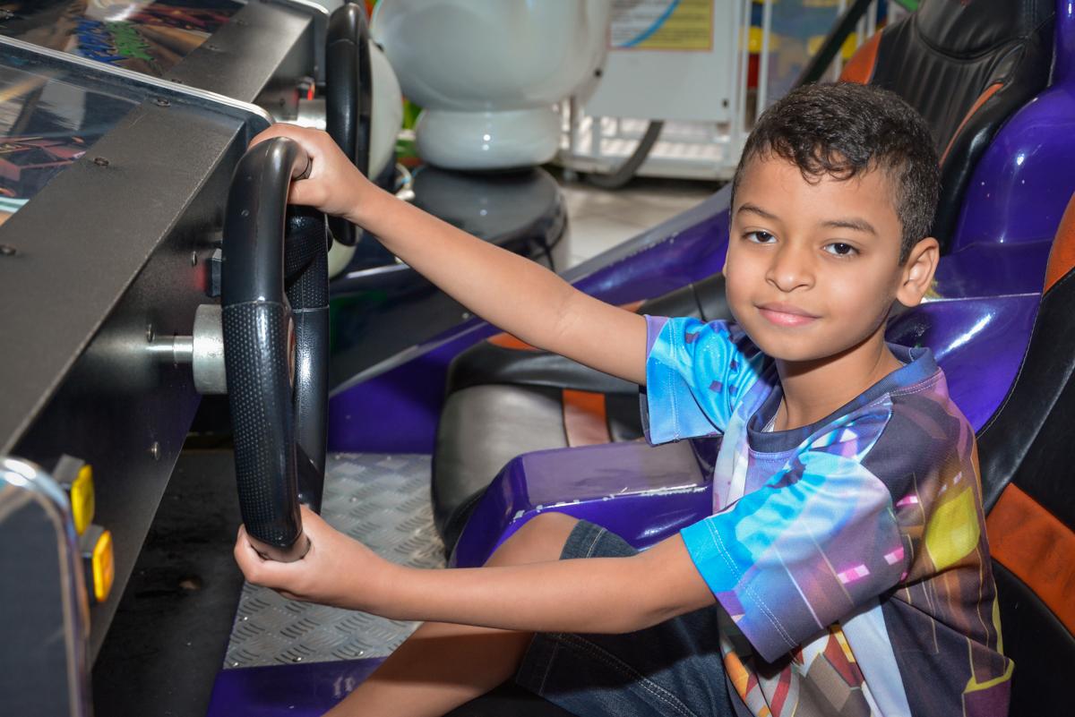 brincando no simulador de corridas no Buffet Fábrica da Alegria Osasco São Paulo, aniversário de Rafael 8 anos tema da festa mini craft