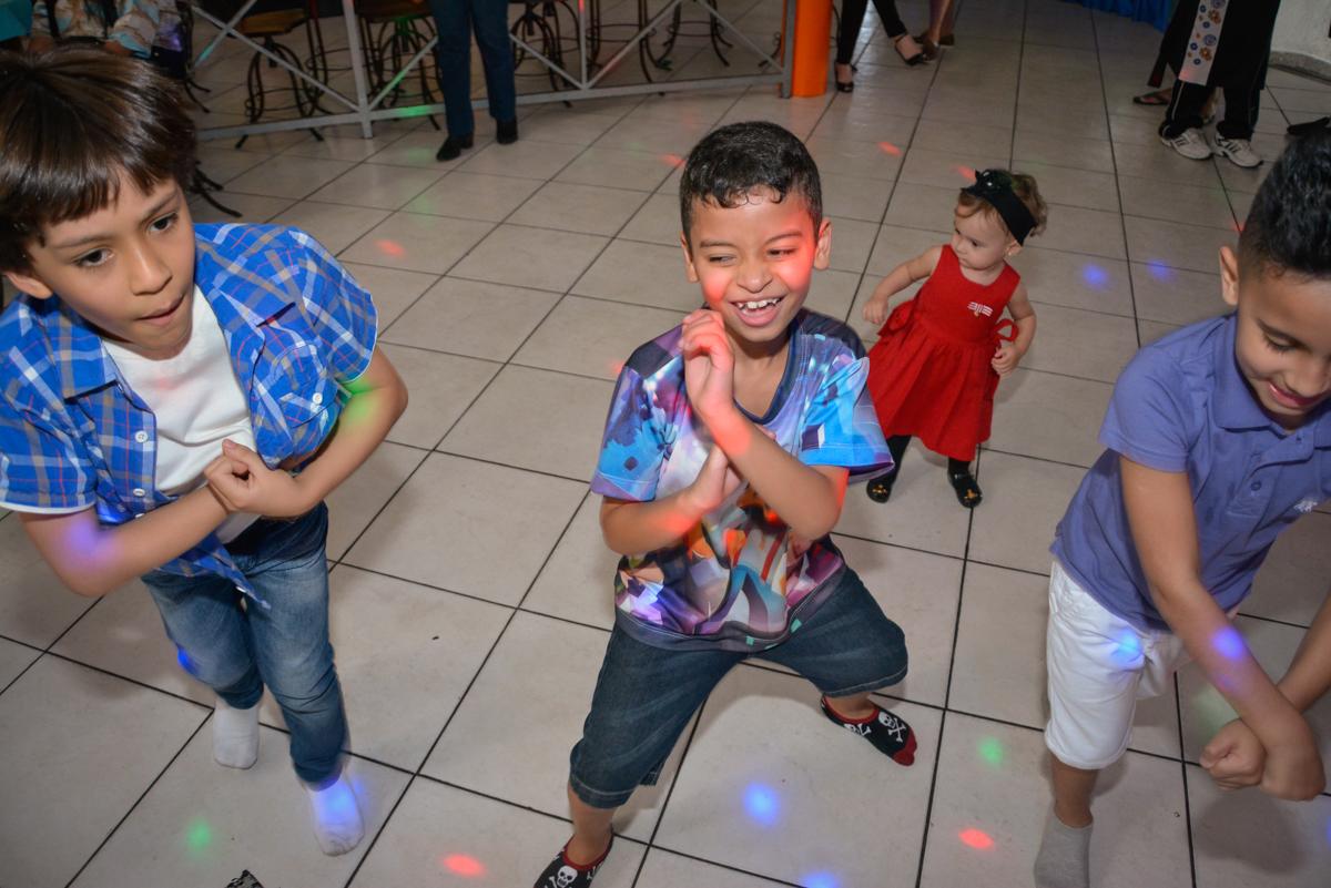 curtindo a balada no Buffet Fábrica da Alegria Osasco São Paulo, aniversário de Rafael 8 anos tema da festa mini craft